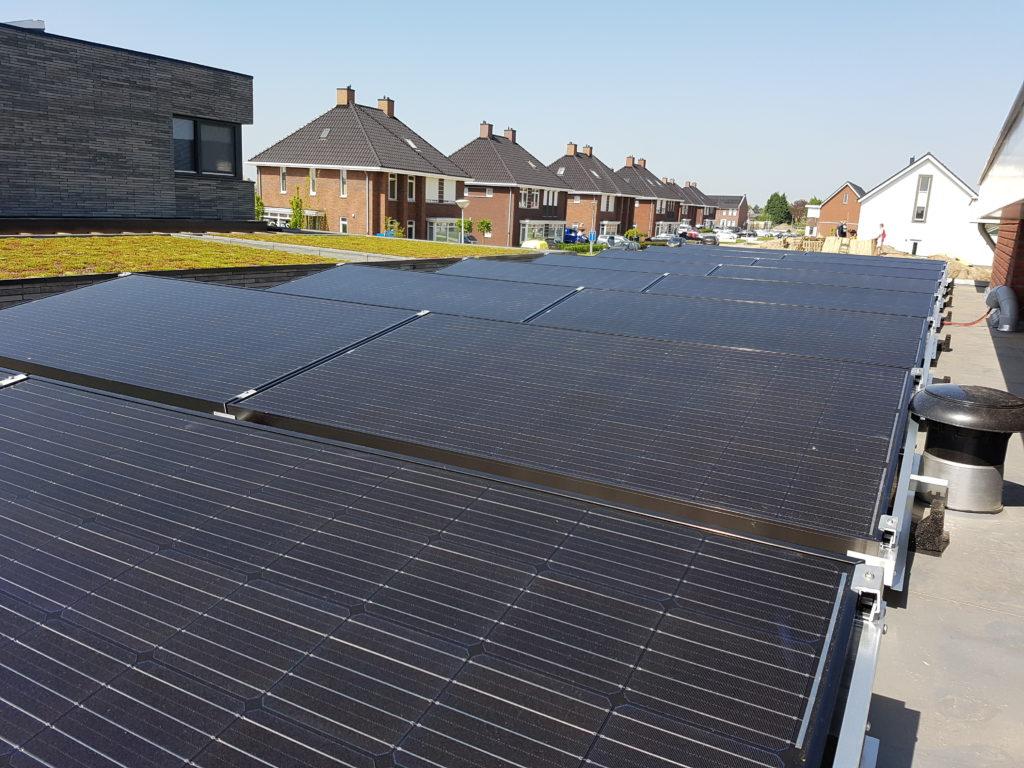 BenQ AUO panelen 295 - 300Wp plat dak Van der Valk solar systems