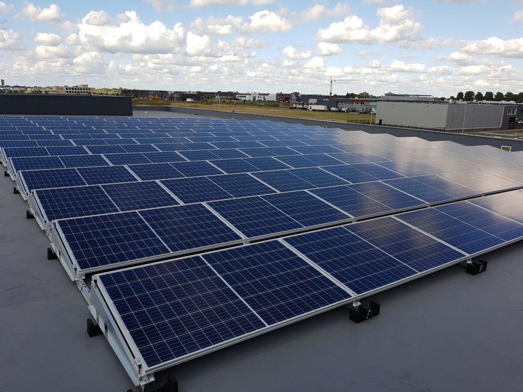 Platdak systeem Van der Valk Solar Canadian Solar SMA omvormer